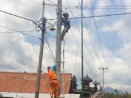 Pemasangan Lampu PJU di Desa Banyuseri
