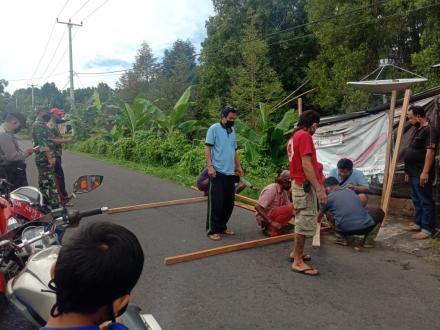 pembuatan pos jaga gerbang desa